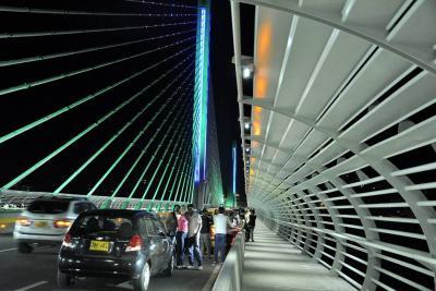 A diario se observan varios vehículos parqueados en el viaducto de La Novena.