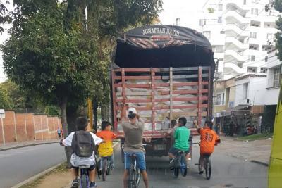 Los 'colgados' a camiones por vías de Bucaramanga no paran