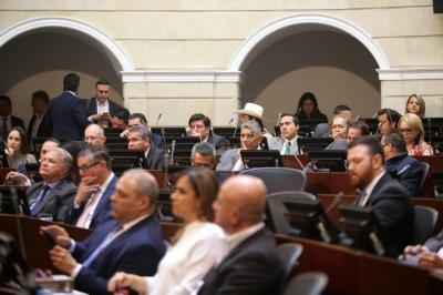 Partidos llegan a acuerdo para congelar salario de congresistas