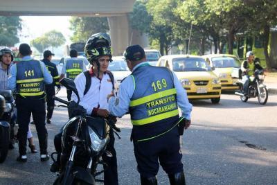 Críticas a contrato de uniformes de Tránsito en Bucaramanga