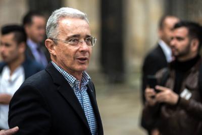 Según la denuncia, Álvaro Uribe Vélez recibió múltiples llamadas amenazantes a su celular.