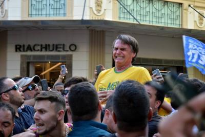 Bolsonaro lidera, pero su campaña sigue en duda