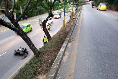Motociclista falleció luego de chocar contra un poste