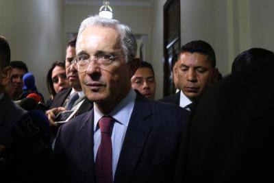 """""""Los soldados de Venezuela deberían apuntar hacia el Palacio de Miraflores"""": Uribe"""