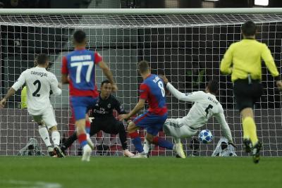 El Real Madrid cayó ante el CSKA Moscú (1-0), con un gol encajado en el primer minuto de juego, derrota que pone en un aprieto al técnico blanco, Julen Lopetegui, que afronta su primera crisis desde que asumiera el cargo. El campeón de Europa sumó su tercer partido consecutivo sin ver puerta y muchos hablan de la falta que les hace Cristiano Ronaldo.