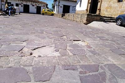 La malla vial de la Plazoleta Las Nieves en Girón se deteriora