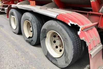 Millonaria pérdida  por choque entre dos vehículos pesados