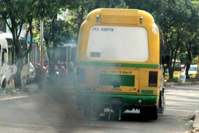 Sancionarán a conductores de buses, carros y motos contaminantes en Bucaramanga y el área