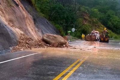 Por derrumbes dos vías de acceso a Bucaramanga amanecieron con paso restringido