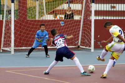 Real Bucaramanga A (blanco) doblegó 10-6 al Atlético San Antonio de Carrizal en la cancha de Canelos, en una nueva jornada del torneo infantil de futsala.