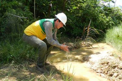 Este es el caño El Moncholo, donde el mismo director de la CAS lavó sus manos para afirmar que el agua que se dirige a la ciénaga San Silvestre está sin lixiviados. Sin embargo, los protectores del medio ambiente indicaron que la contaminación no se ha detenido.