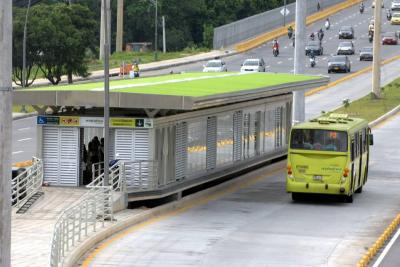 Multan a 54 conductores por transitar en carril exclusivo de Metrolínea en Floridablanca
