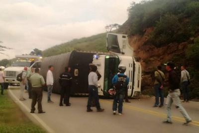 Por el accidente, que no dejó heridos, la vía estuvo cerrada.