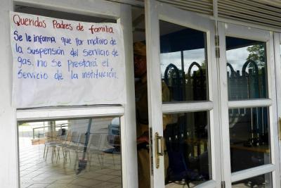Este es uno de los carteles  que estaba pegado ayer afuera del Caif, informando sobre la suspensión del servicio a los padres de familia que seguían yendo por la comida de los menores.