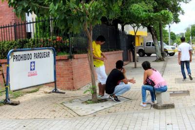 Ayer los familiares del joven Elvis Gabriel Martínez esperaban por la entrega del cuerpo de su ser querido. Murió el pasado lunes en una clínica de Barrancabermeja, luego de sufrir un accidente el sábado en Sabana de Torres.
