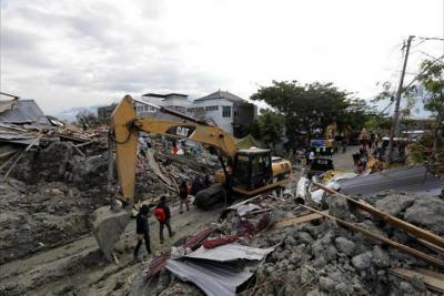 Autoridades en Indonesia buscan desaparecidos por un día más