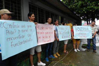 La comunidad se unió a la manifestación con mensajes alusivos a la 'emergencia sanitaria' que estarían enfrentando ante la falta de mantenimiento de las plantas de tratamiento de aguas residuales. Reclaman una solución inmediata.