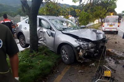 Conductor huyó luego de accidentarse contra un árbol en Piedecuesta