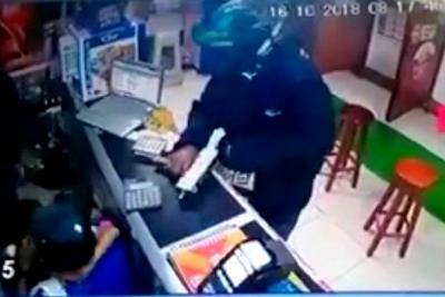 Con una mini uzi asaltan un corresponsal bancario