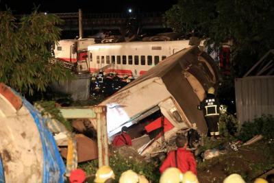 Al menos 22 muertos y 171 heridas tras descarrilado de un tren en Taiwán
