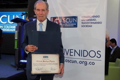 Rector UNAB recibe reconocimiento de ASCUN
