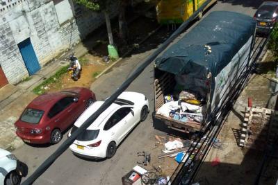 Denuncian invasión de espacio público por chatarrería en Bucaramanga