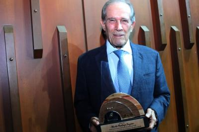 Orquesta Sinfónica UNAB entrega reconocimiento al rector saliente