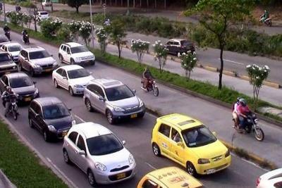 Continúa invasión del carril exclusivo de Metrolínea en Bucaramanga
