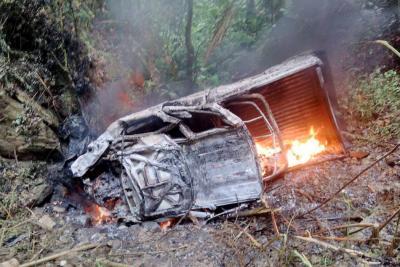 La camioneta quedó envuelta en llamas. El fuego fue controlado rápidamente para que no se propagara.
