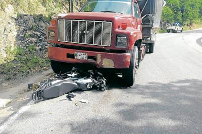 Así quedaron los dos vehículos tras la colisión que cobró la vida de un motociclista.