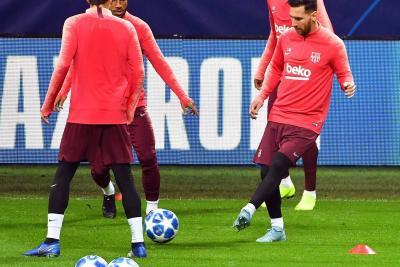 El argentino Lionel Messi entrenó ayer con la plantilla del Barcelona en Milán, pero no será de la partida en el duelo de esta tarde frente al Inter de Milán, en partido por la cuarta fecha de la fase de grupos de la 'Champions'.