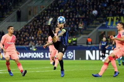 El argentino Mauro Icardi le dio el empate al Inter de Milán en su duelo de ayer ante Barcelona, en juego de la cuarta fecha de la Liga de Campeones, resultado que clasificó al club catalán a los octavos de final.