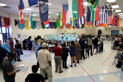 Personas hacían fila ayer para votar durante las elecciones de mitad de periodo, en el colegio Jack Dailey, en Las Vegas, Nevada.