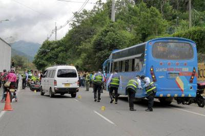 Así quedaron los tres vehículos involucrados en el accidente. En la vía se evidencias varias huellas de arrastre.
