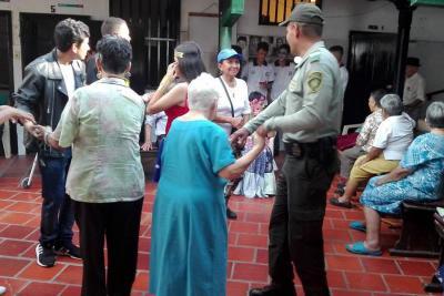 La Policía de Turismo y estudiantes visitaron los Centros de Bienestar