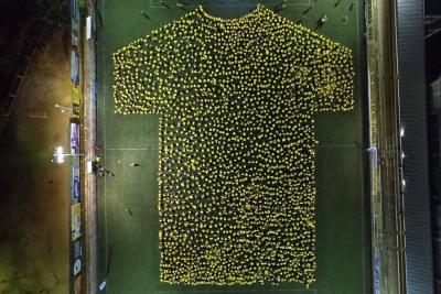 Bumangueses logran récord Guinness al formar gigantesca camiseta amarilla humana