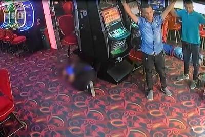 Este es el momento en el que los uniformados ingresaron al casino.