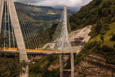 El puente Hisgaura, de 653 metros de longitud, está construido a una altura de 148,3 metros y su inversión llegó a los 100 mil millones de pesos.