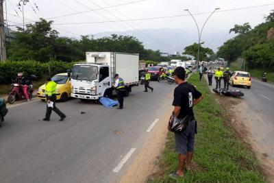 El motociclista chocó con el separador y cayó al otro carril en donde fue arrollado por un furgón.
