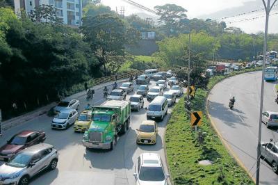 Así se vio la larga filas de automotores sobre las 7:30 a.m., una de las horas más algidas para la movilidad del área metropolitana de Bucaramanga. Las autoridades de Tránsito no registraron accidentes de ningún tipo.