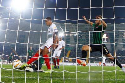 Con un gol del delantero colombiano Luis Muriel, Sevilla superó 3-2 al Akhisar Belediyespor turco en calidad de visitante y dio un paso fundamental de cara a la clasificación a la segunda ronda de la Liga Europa.