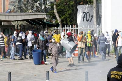 Decenas de encapuchados ocasionaron daños a la infraestructura de la universidad.