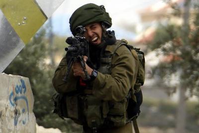 Un muerto y cuatro heridos por disparos israelíes en la frontera de Gaza