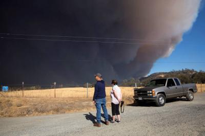 Aumentan a 30 mil los evacuados por devastador incendio en norte California
