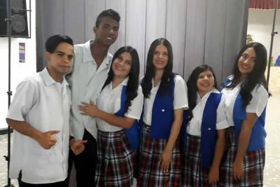 Seis bachilleres sordos reciben su grado de un colegio oficial en Bucaramanga