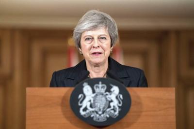Theresa May se aferra al brexit en medio de fuertes críticas y dimisiones
