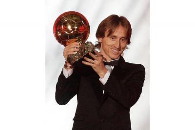 El croata Luka Modric recibió ayer el Balón de Oro de la revista francesa France Football, logrando un nuevo galardón en la presente temporada, en la que fue el mejor jugador del Mundial.