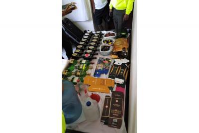 Botellas de reconocidas marcas de licor y tres alambiques fueron incautados.