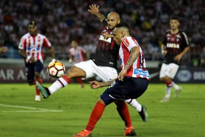 Junior de Barranquilla y Atlético Paranaense igualaron anoche 1-1 en el juego de ida de la final de la Copa Sudamericana, en un juego donde los 'tiburones' fallaron en la definición.