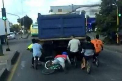 Este joven iba colgado de la parte trasera de un camión, perdió el control y cayó al suelo.